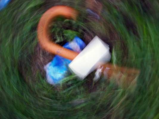 Umělecké zátiší s bordelem v trávě