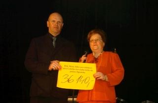 Předání symbolického šeku zástupci ČČK (foto Pavel Paluska)