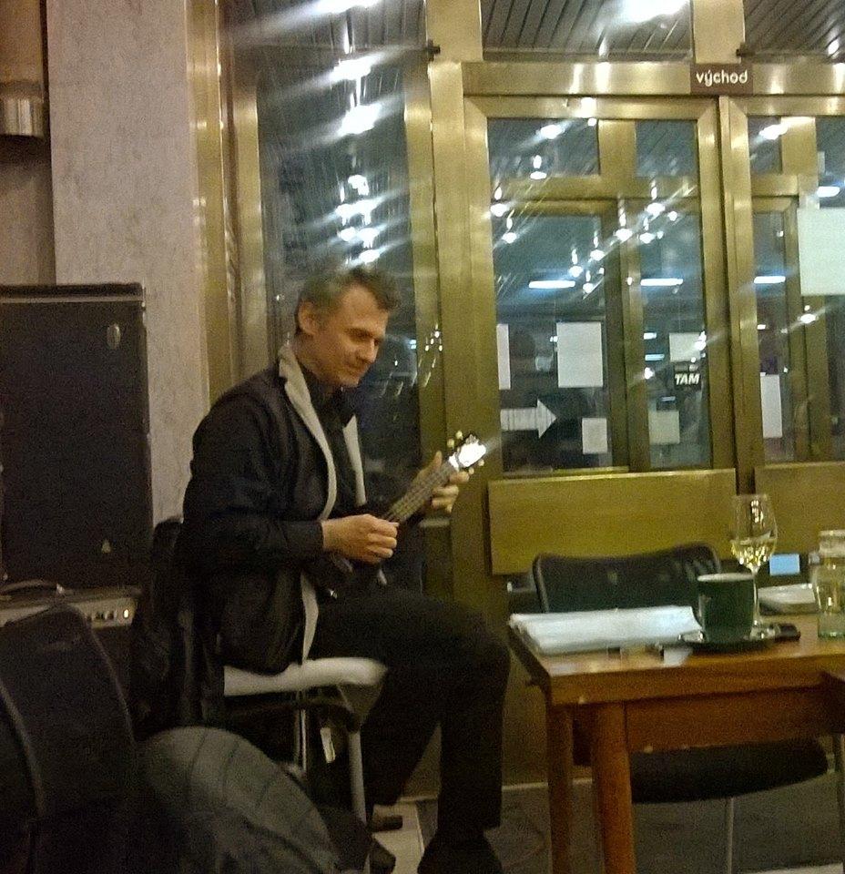 s kytarovým miminkem