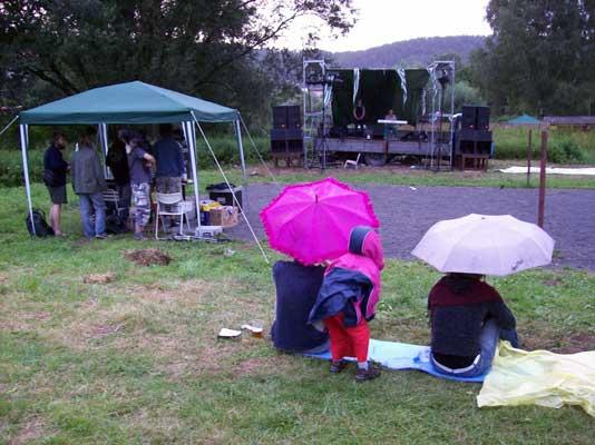 zvukař a podium, téměř pořád pršelo