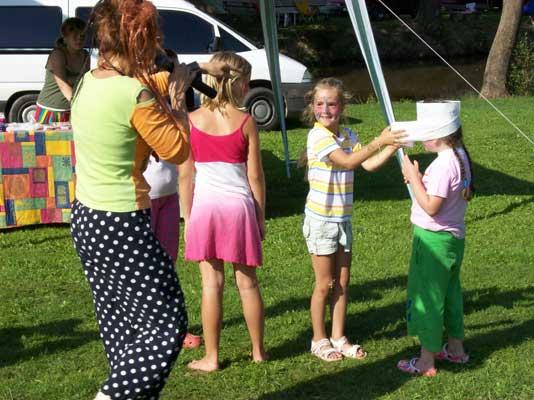 atrakce pro děti - obalování hajzlpapírem (hajzlpapír = PaNaPr)